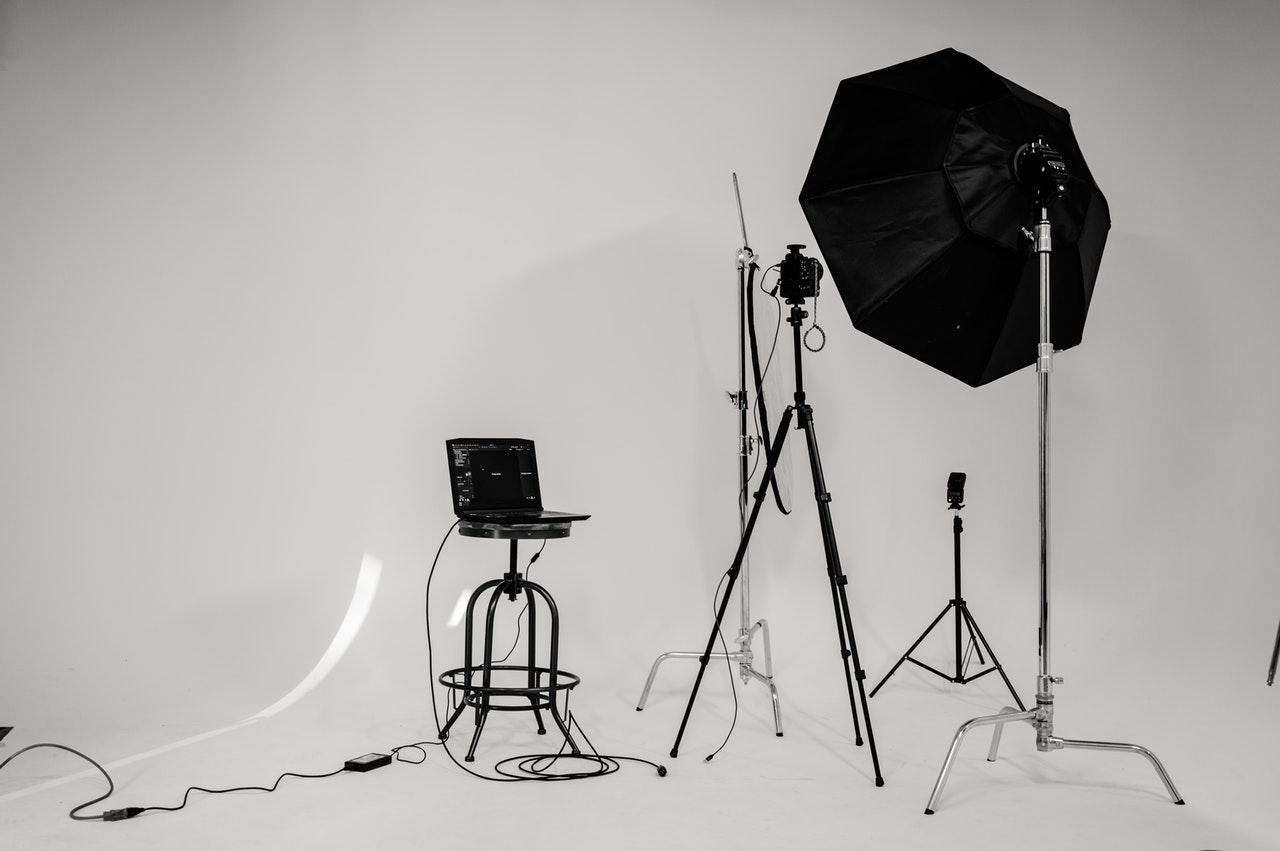 Daglichtlampen fotografie kopen op het internet Voor fotografen is het erg belangrijk om de juiste materialen te hebben. Als ze dit niet hebben kan dat de kwaliteit van de foto's erg beïnvloeden. Dat is dan ook de reden dat veel fotografen grote bedragen neerleggen voor bepaalde materialen. Bij deze materialen kun je bijvoorbeeld denken aan een lens of een standaard voor de camera. Er worden door professionele fotografen vaak grote bedragen betaald voor dit soort materialen. Gelukkig voor de hobby fotografen zijn er ook goedkopere manieren om prachtige foto's te maken. Zo kun je bijvoorbeeld daglichtlampen fotografie kopen voor slechts een klein bedrag. Waarvoor zijn daglichtlampen nodig? Er zijn veel fotografen die niet met daglichtlampen werken. Dat komt doordat iedereen zijn eigen specialiteit heeft. Wanneer je altijd buiten foto's maakt, heb je helemaal geen daglichtlamp nodig. Dat komt doordat je een daglichtlamp gebruikt om het daglicht na te bootsen. Op die manier kun je mooie heldere foto's maken wanneer het donker is. Deze lampen worden meestal gebruikt door fotografen die foto's maken van mensen. Een goede daglichtlamp kan namelijk het verschil maken tussen een donker portret en een prachtige foto.